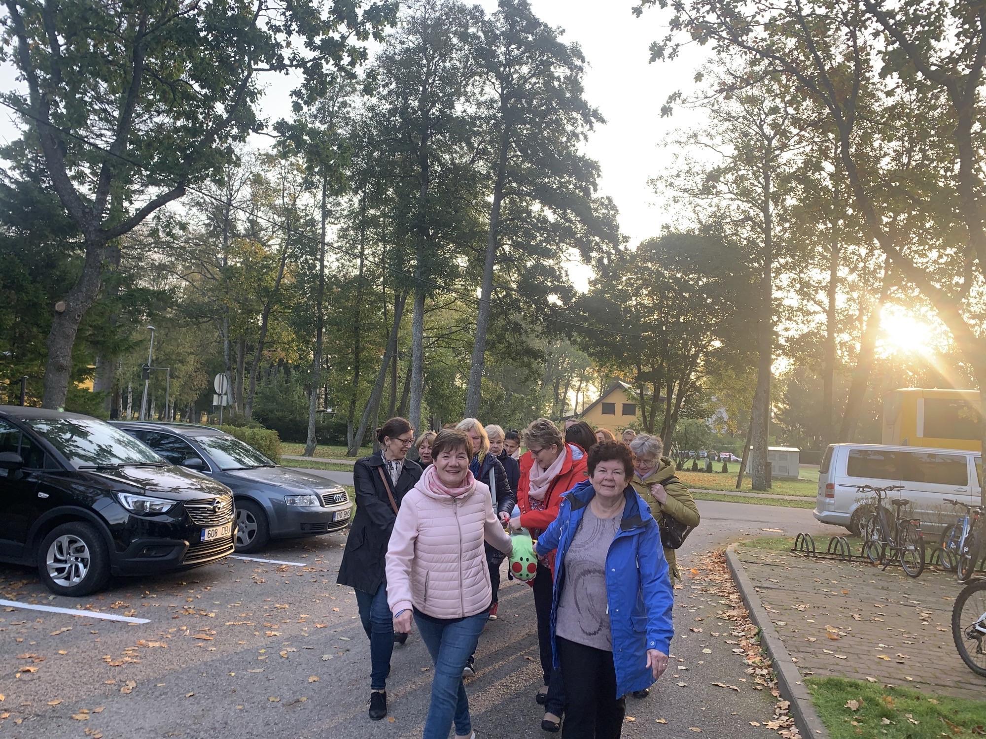 Õpetajad jalutusnööriga jalutamas