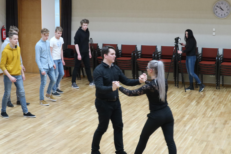 Janar Tänak ja Gete Grahv tantsusamme õpetamas