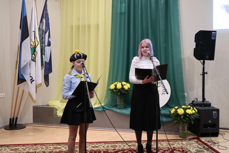Liisi Leppik ja Helena-Karmen Saar aktusel kõnet ettekandmas