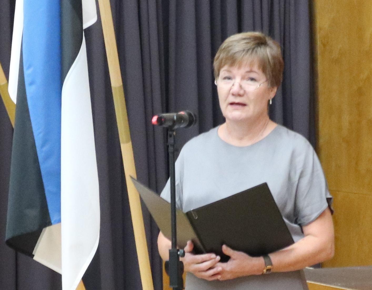Direktor Sirje Ellermaa tervitamas kooliperet Kärla Rahvamajas